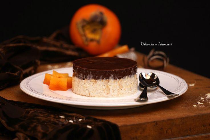 Affondiamo il cucchiaino nella cheesecake di cachi persimon... un dolce semplicissimo, senza cottura e che rispetta l'etica vegana.