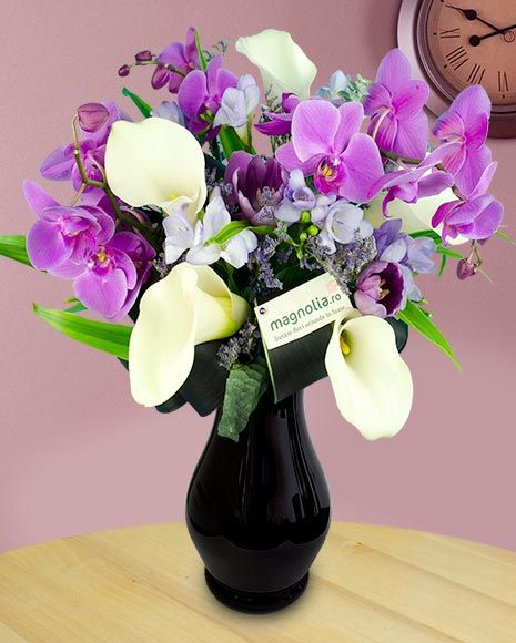Buchet cu orhidee mov si cale albe.   Flower bouquet with purple orchids and white calla lilies.