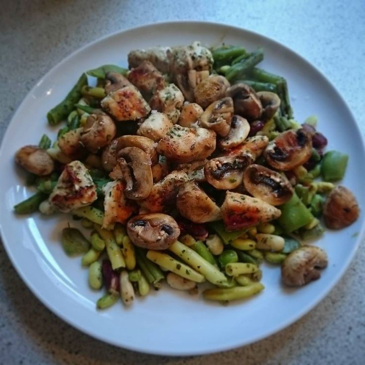 Dinner. Omg so hungry. Grilled mixed beans chicken breast and mushrooms.                 Aftensmad endelig. Stegt bønnemix kyllinge inderfilet og champignoner.  #fitfood #powerfood #gymfood #foodie #healthylifestyle #sundlivsstil #rigtigmad #realfood #eatgreen #veggies #grøntsager #sundaftensmad #lowfat #lowcarb #cleaneating #weightloss #vægttab #deslanketøser #musclefood #muskelmad #sundogstærk #girlswholift #dullermedmuller #fitfamdk #fitfam #absaremadeinthekitchen #determination…