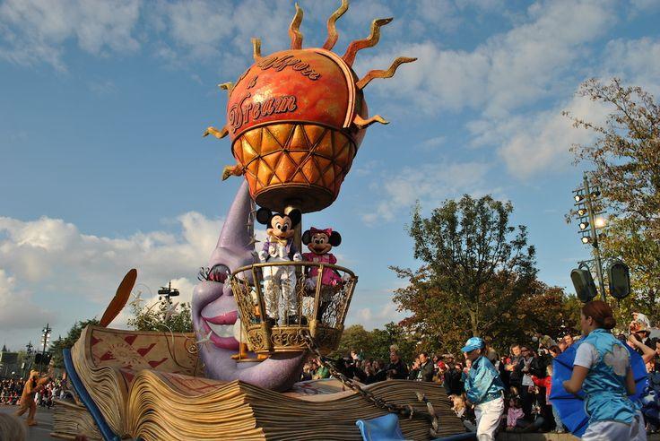 Disneyland, parki rozrywki pod Paryżem.