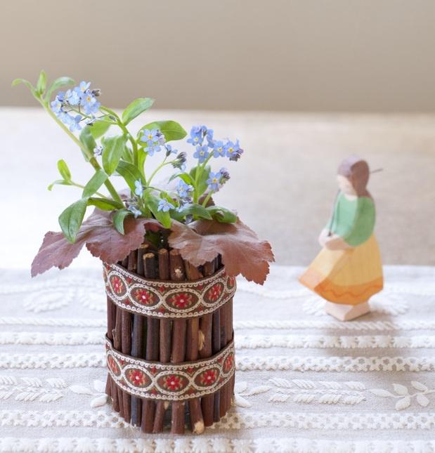 小枝のすだれの花器を使って、可憐な草花をアルプスのヒュッテ(山小屋)風にアレンジしました。/暮らしの花飾り(「はんど&はあと」2012年4月号)