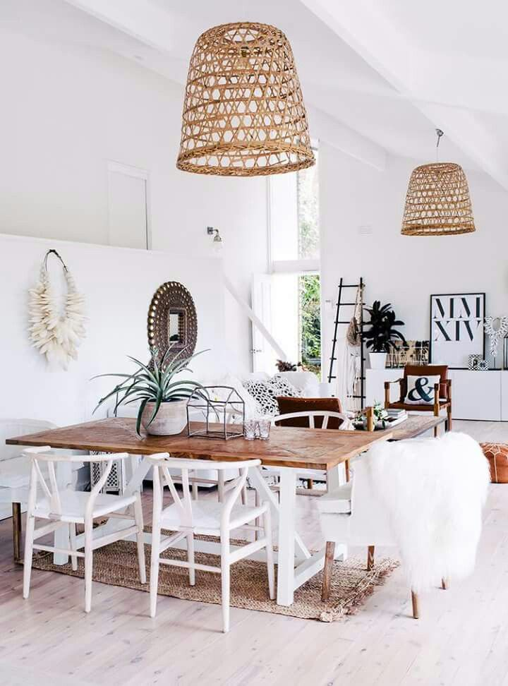 Tafel met mooie rieten lampen