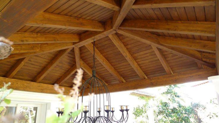 COBERTI. Interior de cenador de madera a 4 aguas con instalación de luz. #cenador #madera #interior #coberti