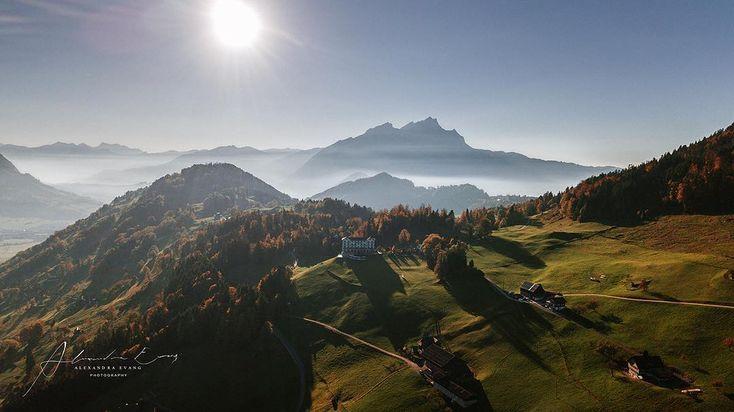 Wie heisst es so schön?  Nur fliegen ist schöner  aber warum ist das sooo?  Dieser Perspektivwechsel zeigt oftmals eine ganz andere Seite bzw. gibt mehr Preis was man vom aktuellen Standpunkt einfach nicht sehen kann. Das ist auch der Grund warum ich gerne in die Lüfte abhebe. Hier sind Alex und ich  in der Schweiz unterwegs. Wir haben von Kunden den Tipp bekommen uns die Villa Honegg anzugucken. Und ich kann definitiv sagen ein toller Ort vor allem auch um spazieren/wandern zu gehen. Für…
