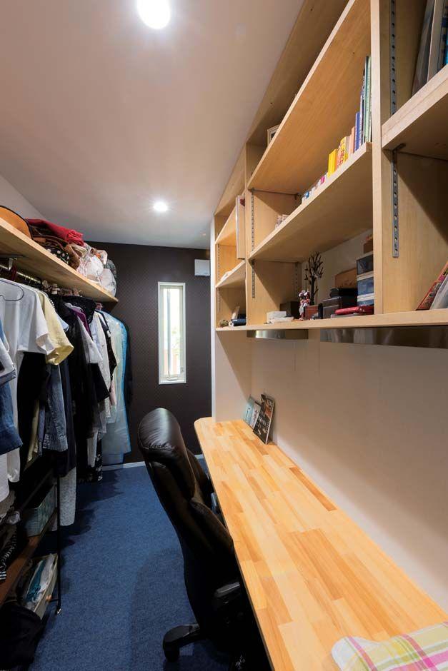 主寝室内のウォークインクローゼットに設けた書斎 机と棚は造作 この空間が落ち着ける イエタテ クローゼット 収納 Diy 寝室インテリア 部屋 デザイン