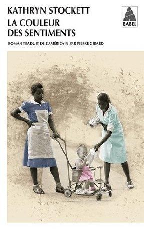 Chez les Blancs de Jackson, ce sont les Noires qui font le ménage, la cuisine, et qui s'occupent des enfants. On est en 1962, les lois raciales font autorité. En quarante ans de service, Aibileen a appris à tenir sa langue. L'insolente Minny, sa meilleure amie, vient tout juste de se faire renvoyer. Si les choses s'enveniment, elle devra chercher du travail dans une autre ville.