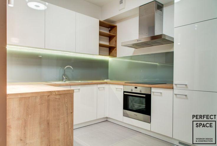 Okap kuchenny kominowy o klasycznym kształcie i metalowym kolorze.