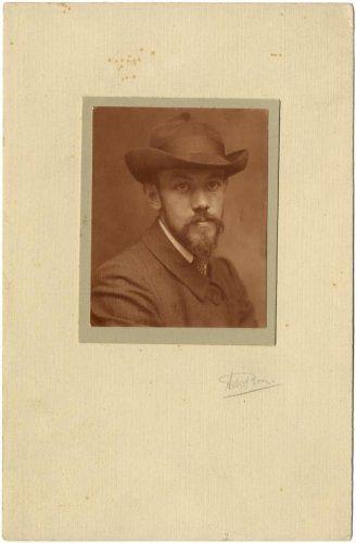 Adriaan Boer | Studio opname, portret van man met hoed, baard en snor. Nederland, begin 20e eeuw. Aanvullen.