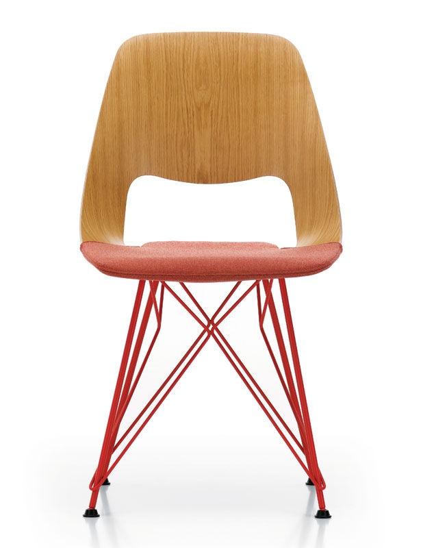 Inspirada en la Leg Splint, de los Eames, Jill está realizada en madera modelada con patas de acero. De Häberli para Vitra, 380 €.  http://www.elle.es/elledeco/shopping/calor-nordico-en-el-salon