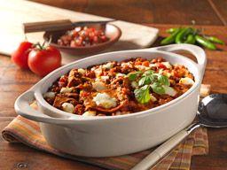 Chilaquiles: Receta tradicional mexicana, que se puede servir como desayuno, hecha con chili, frijoles, chips de tortilla de maíz, tomates y queso fresco, mezclados y horneados a la perfección