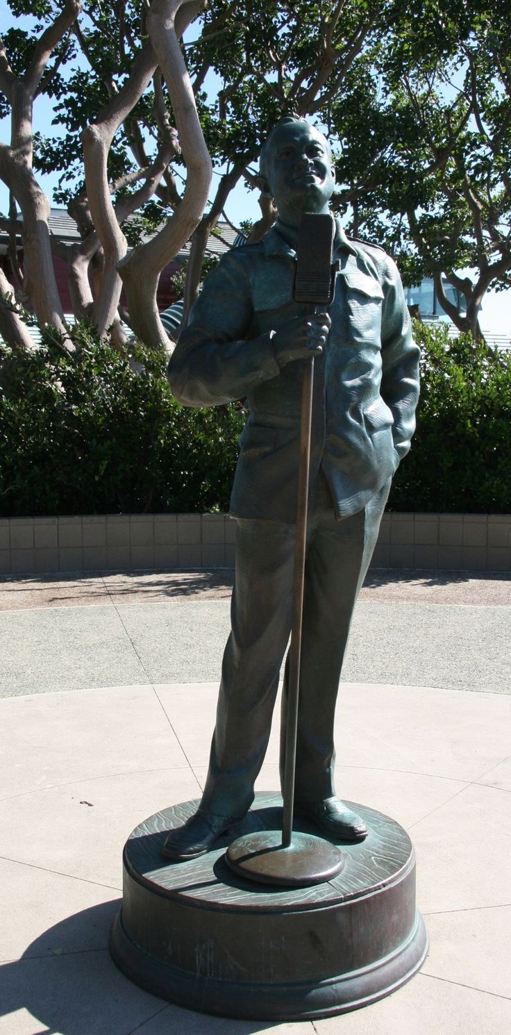 Bob Hope bronze statue entertaining the troops @ Harbor Drive in San Diego, California Photo by Kathleen Intile