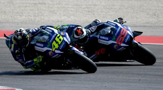 Dua pebalap Movistar Yamaha, Valentino Rossi (kiri) dan Jorge Lorenzo, bersaing…