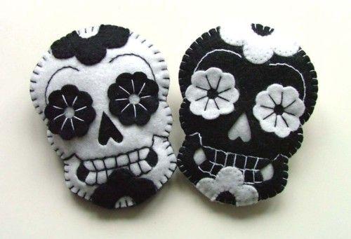 Cute black and white Day of the Dead felt sugar skulls. #crafts #felt #skulls