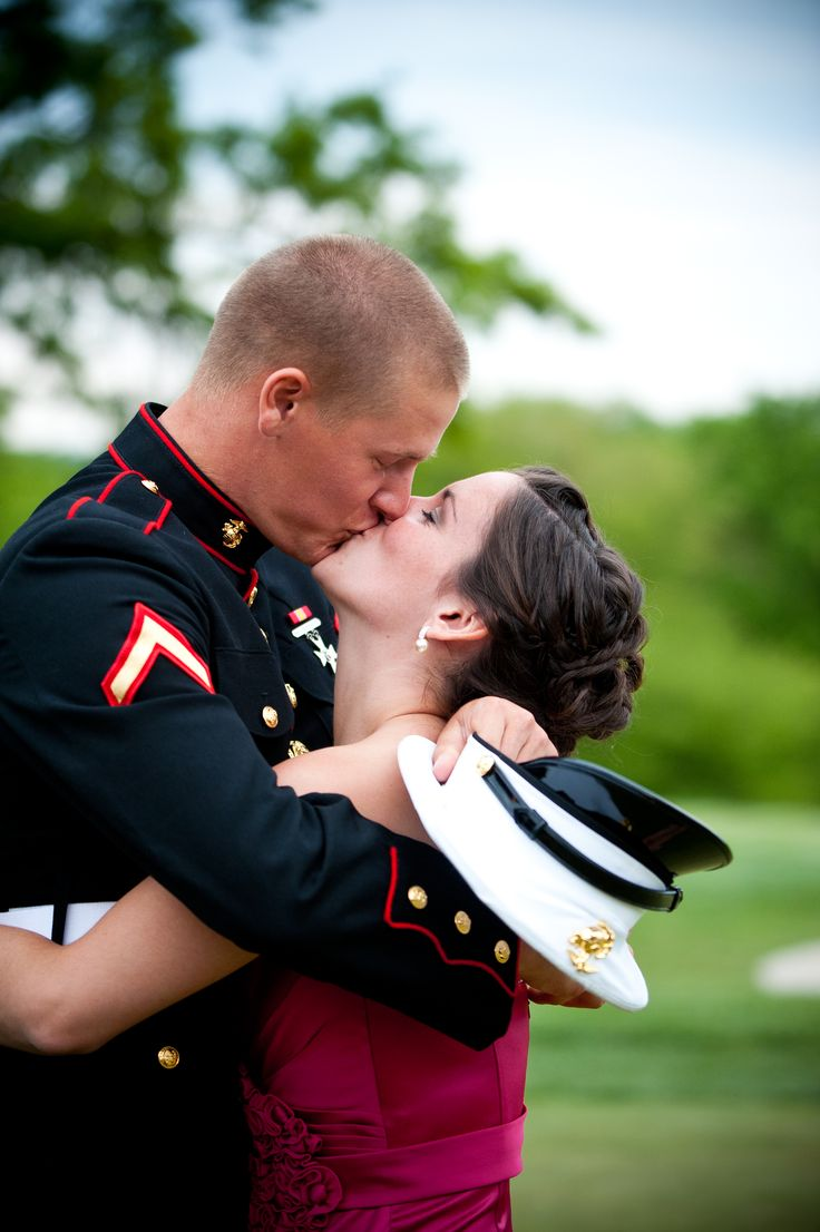 thank the Lord for the soldiers who still have the chance to come home.: A Kiss, Aww, A Usmc Love Life, Fav Pins, Military Kiss, Marines, Marine Kiss, American Men, Photography