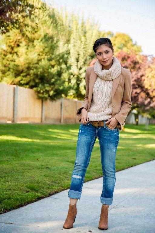 Bota de cano curto marrom combinada com jeans azul: resultado perfeito e longe do básico.