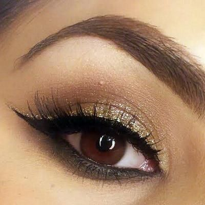 Natural eyeshadow paired w/black winged & gold glitter.... I'd do this with silver! #GlitterEyeliner