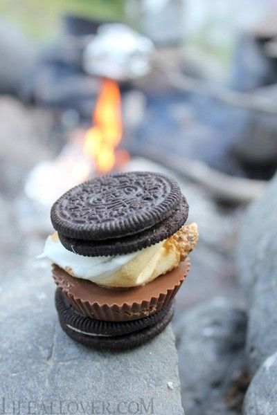Out with the old, in with the new! Instead of the old-fashioned graham cracker smores, try a s'moreo! Made with Oreo cookies, Reeses cups, and marshmallows #camping #food #desserts