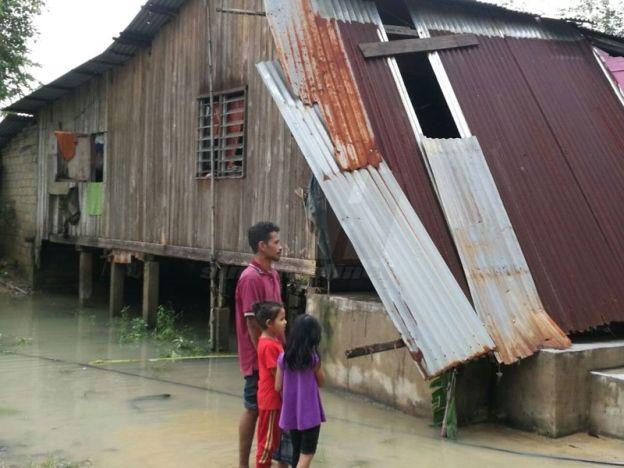 Terburuk dalam sejarah hidup Banjir di Kelantan kali ini lebih teruk dari 2014   Penduduk di Kampung Kuala Merabang Dewan Kecil Labok mendakwa banjir yang melanda baru-baru ini merupakan yang terburuk dalam sejarah hidup mereka.  Terburuk dalam sejarah hidup Banjir di Kelantan kali ini lebih teruk dari 2014  Menurut penduduk Banjir Bah Kuning pada 2014 yang lalu tidak seteruk Selasa lalu memandangkan kampung itu terletak jauh dari Sungai Kelantan.  Penduduk Zainab Mahmood 70 berkata banjir…