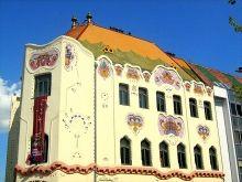 Een van de mooiste creaties uit de Hongaarse Jugendstil is het Bonte Paleis (Cifra Palota) in Kecskemét.  Het is overdadig versierd met wapens en bloemmotieven. Vroeger werd er gewqoond. Tegenwoordig is het Kunstkabinet hier gehuisvest.  Lees meer: http://www.hungariahuizen.nl/kecskemet/