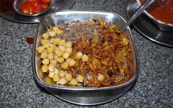 【グルメ】エジプトの国民食コシャリ  米、マカロニ、スパゲティ、豆、ニンニクフライなどが入ったごちゃ混ぜ料理