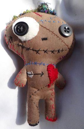 Découvrez ses petites poupées vaudou,petits morts vivants, monstres ou doudou macabres. Ils sont tous uniques et curieusement adorables ^^  Poupée d'art en tissu recyclé, tei - 16405810