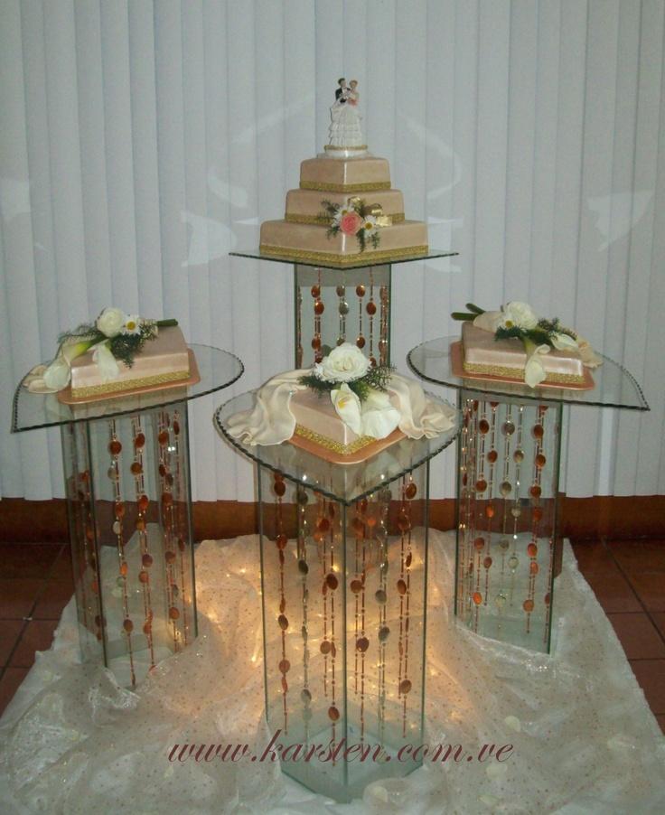 Torta de Bodas color Beige en forma de rombo. Decorada con flores