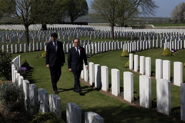 Accompanied by President François Hollande, PM Trudeau visits the Cabaret-Rouge Cemetery, a British cemetery in the town of Souchez. Vimy100 04/09/2017