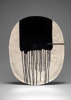 céramique japonaise : Jun Kaneko, plat noir - blanc, coulures