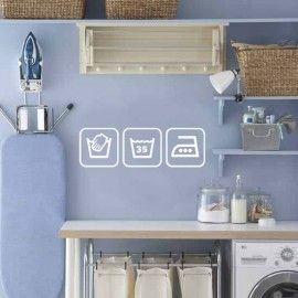 Alles compact bij elkaar in een kleine ruimte, met leuke muursticker van wassymbolen.