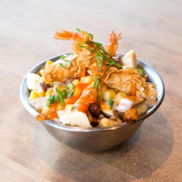 Le Sacrement | La Poutine Week  La Frite des rives  Une chaudrée de fruit de mer, lardons et maïs servi sur nos frites fraîche, garnie de crevettes au wonton frits et huile épicée maison.