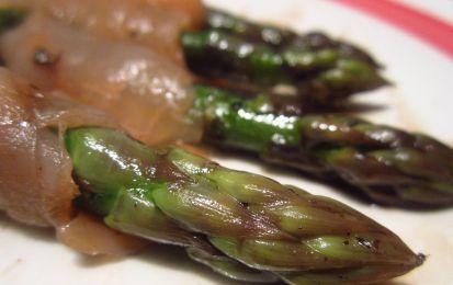 Salmone affumicato con asparagi - La ricetta del salmone affumicato è ottima da preparare per diverse occasioni: come antipasto per un bel pranzo a base di pesce, oppure come piatto freddo per una cena estiva, oppure come secondo leggero.