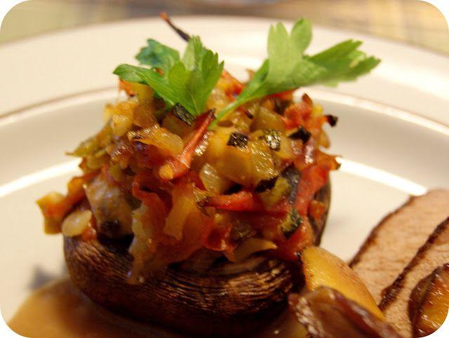 Skarntyden og lupinen: Portobello svampe med fintsnittede grøntsager.