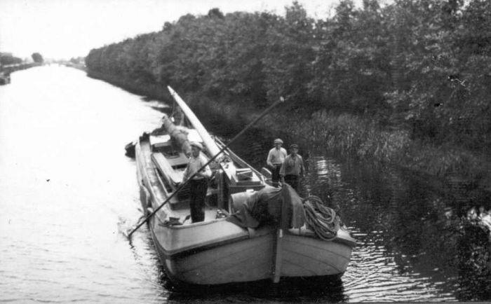 Op deze foto van Gorter uit 1927 boomt een schipper zijn skûtsje door het Opeinderkanaal tussen de bruggen van de Hegewei en Kommisjewei.