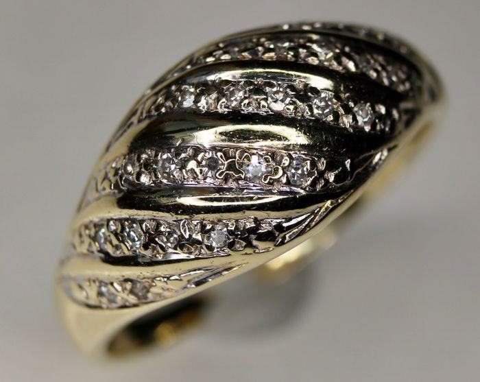 Dames gele / tweekleurige gouden ring 585 / 14 kt gevuld met 23 kleine briljant-geslepen diamanten H/VS. In uitstekende staat.  Dames ring 585 goud met breed front gevuld met 23 briljant geslepen diamanten Wesselton/VS in witgoud geplaatst. Uitstekende conditie.Kwaliteit: zeer goedDiamanten: ca. 13 mmCut: brilliantRing van grootte: 18 5mm (kan worden aangepast met een lading het aankondigen van de betaling).Goud: 585/000 gegraveerdGewicht: 4 g.Herkomst: DuitslandLeuk cadeau in de doos van de…