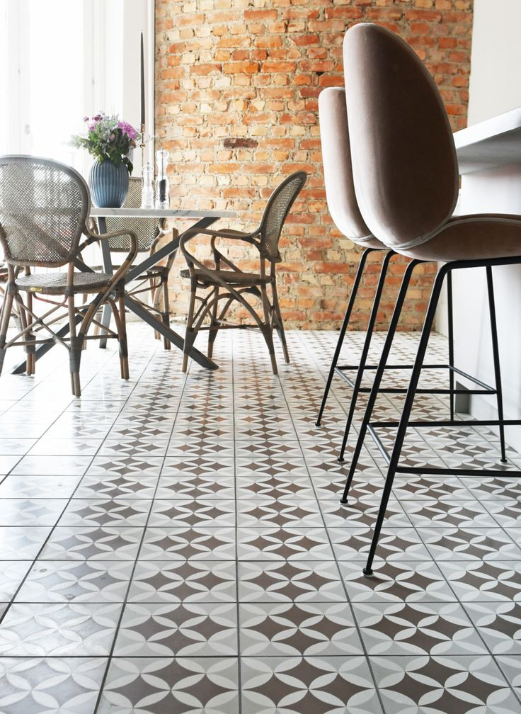 Våra cementgolv är inte målade. Det är ett ca 5mm infärgat marmorkrosslager som genom ett enormt hantverk sätts i dessa fantastiska mönster. Plattorna är handgjorda och variation i färg är normalt. Våra golv är mycket finkorninga (vilket ger skarpa konturer mellan färgerna) och hårda. Cementgolv är lättskötta och tåliga, de åldras vackert och passar bra med golvvärme. Fontvielle Brun/Grå/Vit i Stiltjes tillverkning har mycket milda färger och har blivit en favorit hos inredare och a...