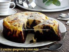 La torta cioccolato e philadelphia è un dolce goloso con una base tipo brownie sopra cui viene mescolata una deliziosa crema di formaggio. La ricetta qui.