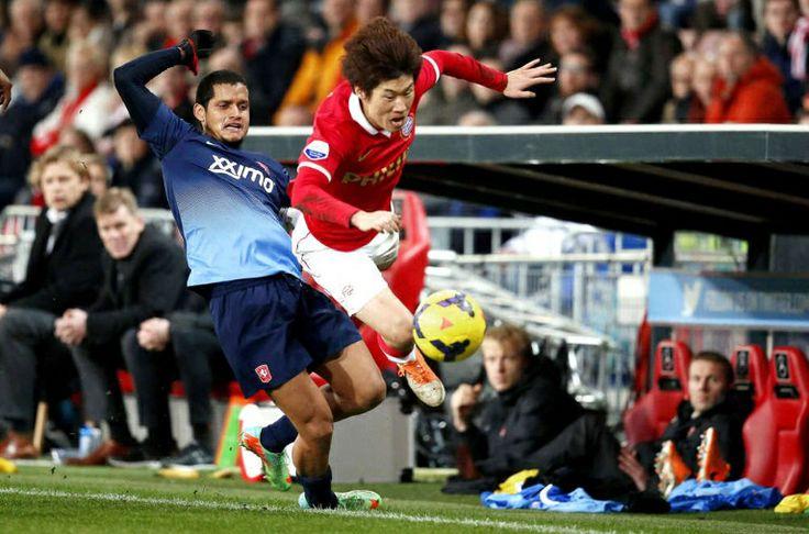 PSV-FC Twente 3-2. Ji Sung Park (r) troeft Roberto Rosales af karakter.