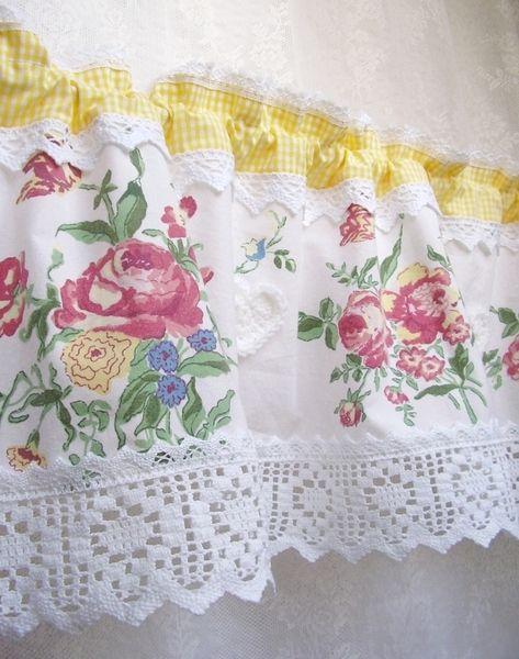 *Herzlich willkommen in meinem kleinen Shop. :))*    Gelbes Vichykaro und Rosenbouquets sind das Thema dieses, von mir entworfenen, Gardinenmodels. :)