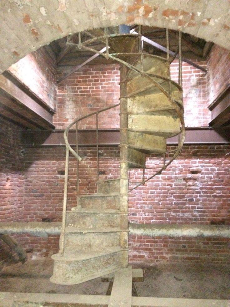 Старая винтовая лестница на чердаке