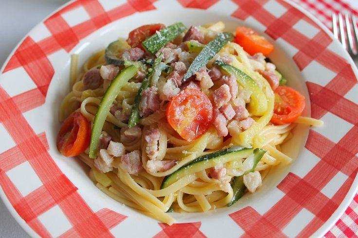 Le linguine con zucchine, pancetta e pomodorini sono un primo piatto veloce e semplice da preparare. Ecco la ricetta ed alcuni consigli utili