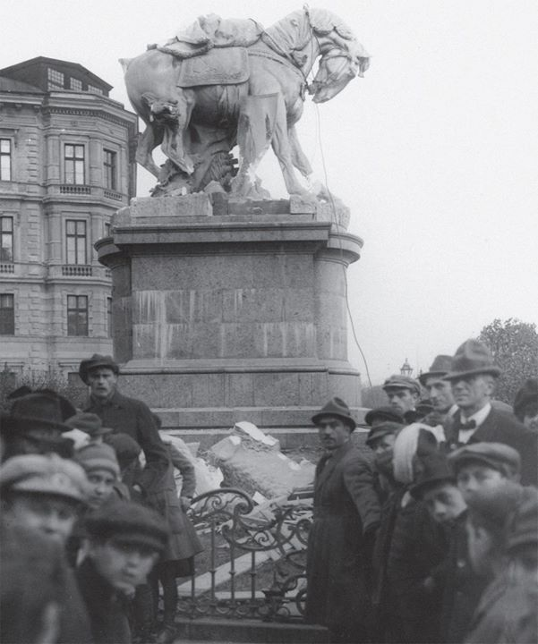Marble equestrian statue of queen Maria Theresia being torn down by slovak nationalists in Pozsony/Pressburg. 1921 [1000x1198] #HistoryPorn #history #retro http://ift.tt/1TMui4P