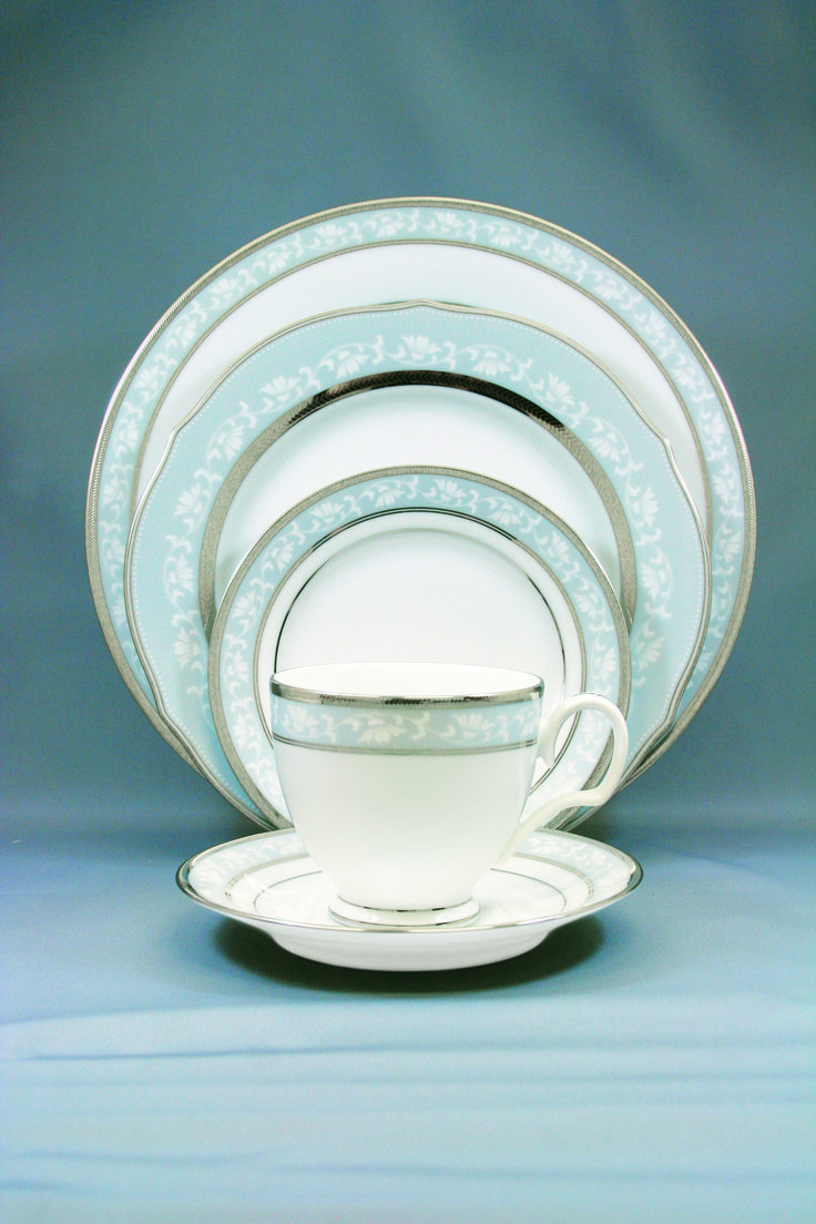 Сервиз чайно-обеденный, 6 перс, 31 пр, Династия Платинум  Посуда из костяного фарфора. Комплектация: 1 салатник, 6 подстановочных тарелок, 6 закусочных тарелок, 6 суповых тарелок, 6 чашек, 6 блюдец.