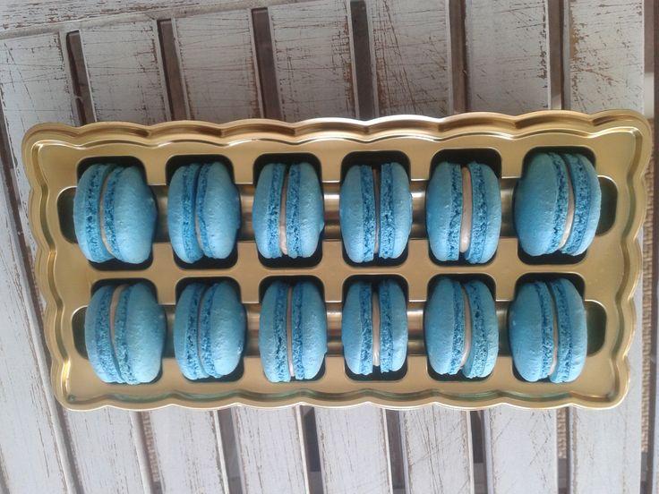 """Francouzské makronky nebo i makaronky jsou drobné mandlové laskonky"""" slepované originální karamelovou náplní. Typické jsou pro ně hladce vypouklé vršky a nádherně vláčné středy. Tyhle dokonalé sladkosti se pečou z mletých mandlí, cukru a bílků."""