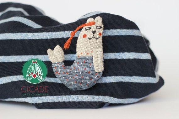 Par vous-même! : D C'est un accent original qui peut décorer non seulement vos sacs, sacs à dos, nappes, foulards, sacs de plage et chapeaux, mais aussi faire d'autres plus gai. Ce chat de sirène peut être un excellent cadeau d'anniversaire ou d'halloween!  Il est environ 7 x 5 cm / 2,7 x 2 pouces. Chat est fait de 100 % lin lituanien. A l'intérieur - rembourrage en polyester.  Cet article a été fait dans une maison sans fumée.  Je vous recommande de laver à leau tiède et séchage à la...