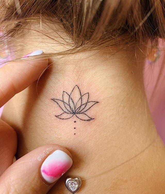 Fleur De Lotus Sur Le Cou Faites Vous L Aimez Tag Un Ami Qui Un Super Look Avec Ce In 2020 Small Neck Tattoos Neck Tattoos Women Back Of Neck Tattoo