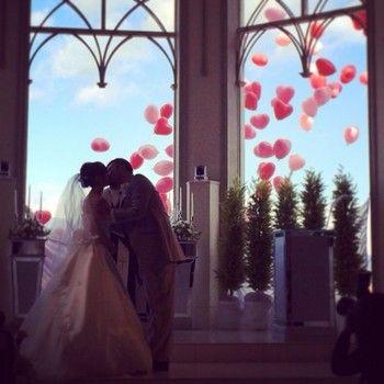 誓いのキスの瞬間、窓の外にはたくさんのバルーンが!ゲストの感動を誘う素敵な演出ですね。