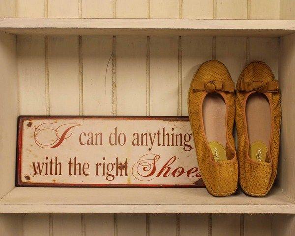 Vi elsker sko!  Og denne skønne ballerina er netop den sko metal skiltet skriver om:-)  http://www.tankestrejf.dk/debbie-elastik-ballarina-karry-gul.html
