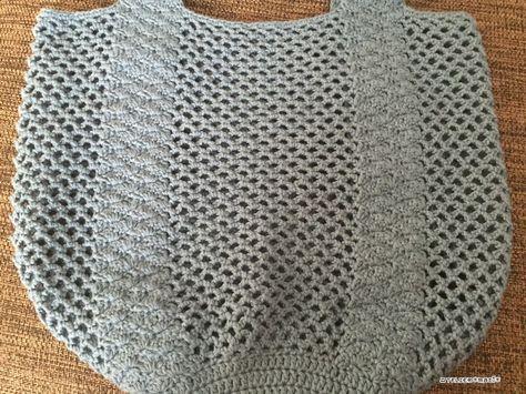 Twitterでも予告してました、持ち手部分が松編みになったネット編みのバッグ、編み図書けました^^実際に持つと、↑こんな感じです。けっこう大きめ^^通常、ネット編みのバッグは物を入れると、ものすごく伸びてしまいますが、