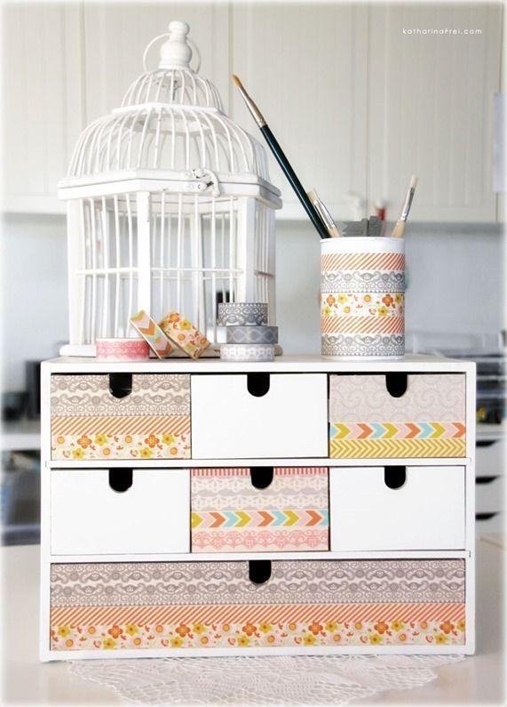 me encanta este pequeño organizador de escritorio decorado con cintas washi, adoro tambien la jaulita!!