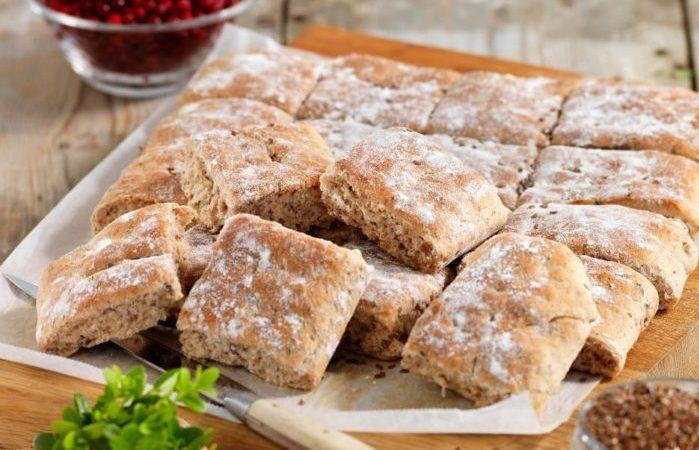 Saftigt brytbröd med bra mättnadskänsla och smak av lingon – mums! Rutorna bakas enkelt i långpanna och går bra att frysa in.
